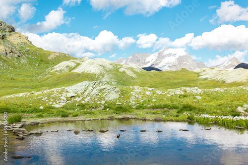 Foto auf Gartenposter Reflexion Lago di montagna con sassi, Gran Paradiso, Valle d'Aosta