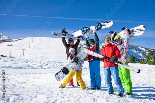 Obrazy Snowboard   five-snowboarders-holding-oards-and-skies-together