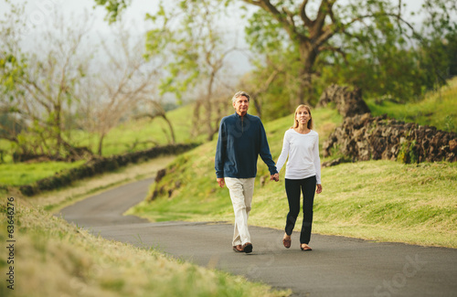 Fotografie, Obraz  Šťastný milující pár středního věku chodící