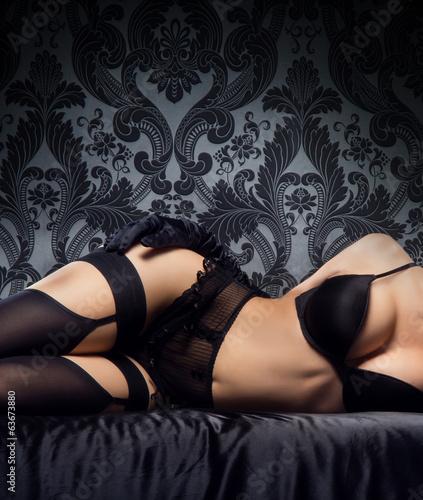 Fototapeta Seksowne ciało młodej i pięknej kobiety w bieliźnie na ciemnym tle do pokoju