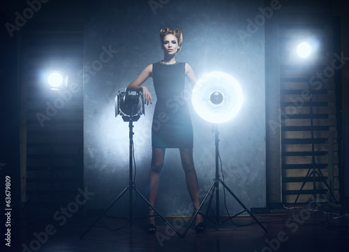 Photo  Young and emotional woman in a fashion dress