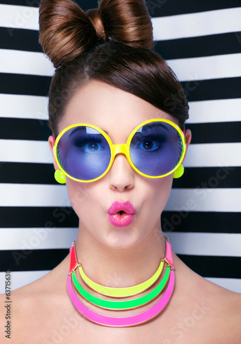 Foto op Plexiglas Kapsalon Attractive surprised young woman wearing sunglasse