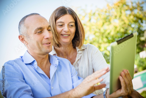 Photo  couple surfing on the web at resort