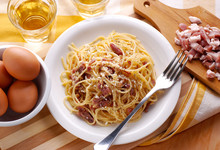 Spaghetti Alla Carbonara Con Ingredienti Intorno