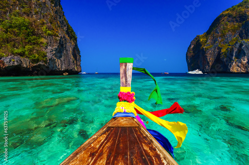 Photo Traditional longtail boat in Maya bay on Koh Phi Phi Leh Island,