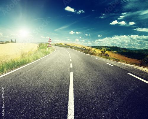 asfaltowa-droga-w-toskanii-we-wloszech