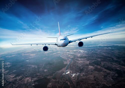 samolot-pasazerski-na-niebie