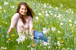 Junge Frau auf einer Blumenwiese