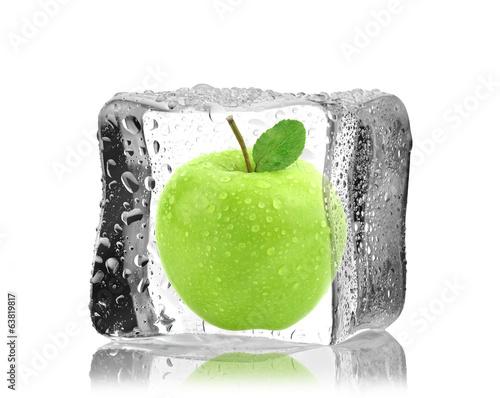 Fototapeta Jabłko w kostce lodu obraz