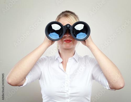 Fototapeta Frau mit Fernglas obraz