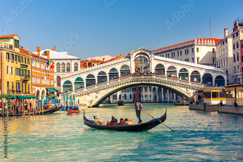 Spoed Fotobehang Gondolas Rialto Bridge in Venice