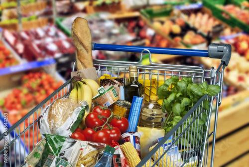 Obraz na plátně Einkaufswagen mit Lebensmitteln im Supermarkt