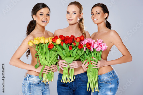 Piękne młode kobiety z tulipanami