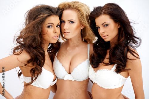 Trzy piękne seksowne wyprofilowane młode kobiety