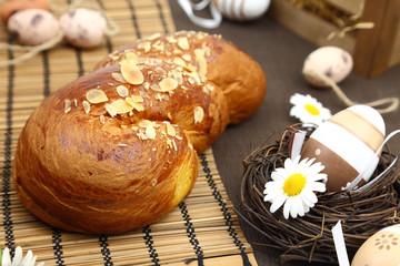 Obraz na płótnie Canvas Easter bread and decoration eggs