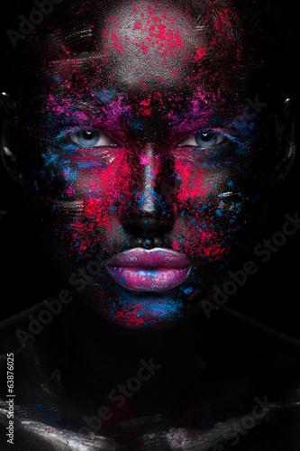 czarna-twarz-z-blekitnymi-oczami-i-kolorowymi-elementami