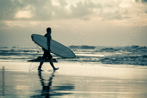 Photo  surfer silhouette during sunset