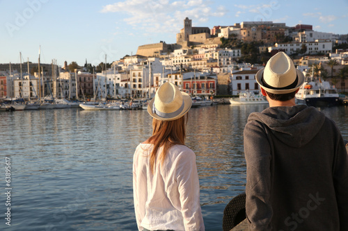 Fotografia Couple of tourists standing on the port of Ibiza