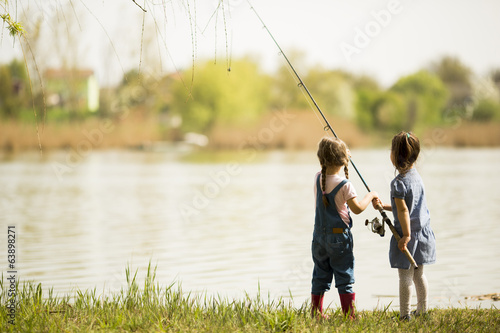 Poster Peche Two little girls fishing
