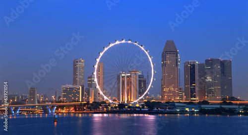 Montage in der Fensternische Singapur Singapore cityscape during twilight time