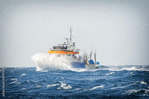 lodz-rybacka-w-burzy