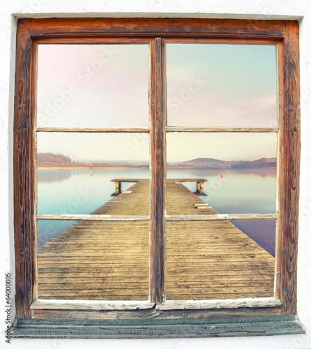 drewniany-pomost-na-jeziorze-widoczny-z-okna