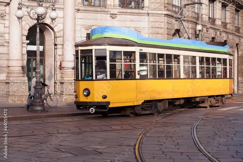 vintage-zolty-tramwaj-na-ulicy-milano-w-lizbonie