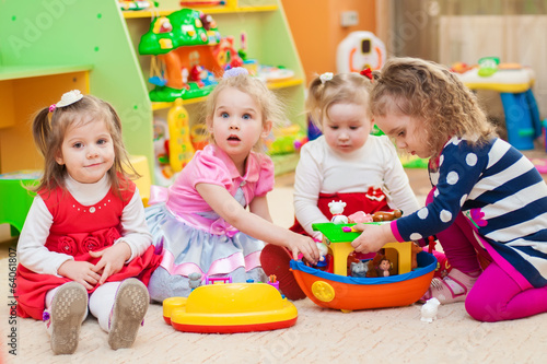 Photo  Little girls playing with toys in the playroom