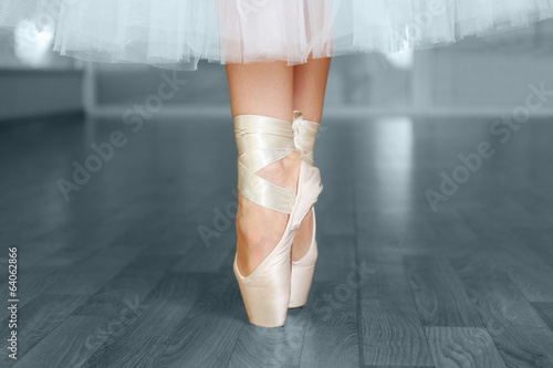 Vászonkép Ballerina legs in pointes in dancing hall