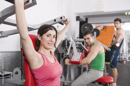Fotografía  Gente haciendo pesas en un gimnasio