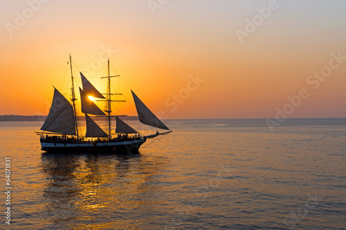 Keuken foto achterwand Schip Romantic sunset with sailing ship