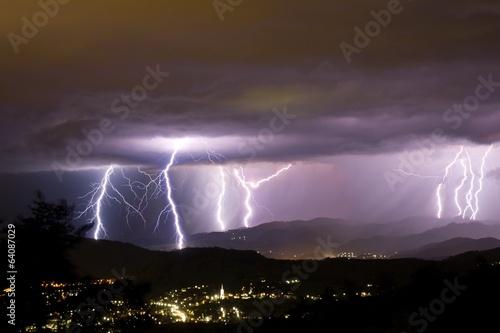 Blitze hinter der Stadt Poster