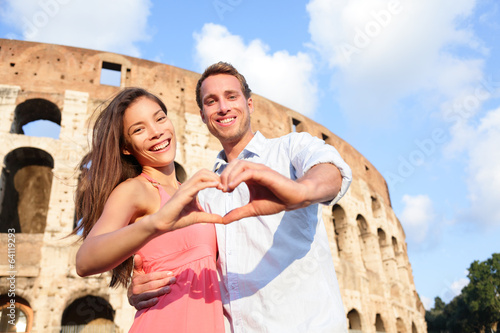 Photo Romantic travel couple in Rome by Colosseum, Italy