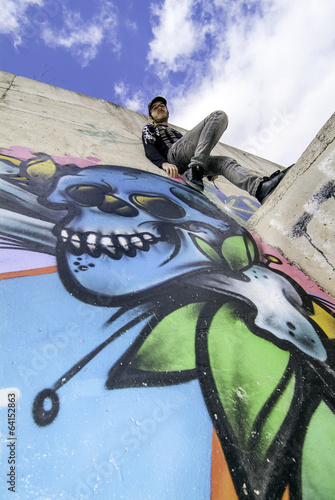 graffiti-na-scianie-i-chlopiec-pozuje