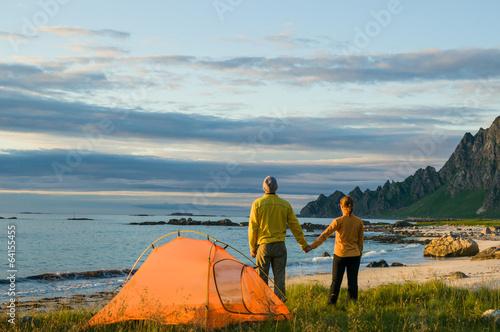In de dag Kamperen couple camping in Norway
