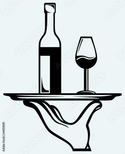 butelka-wina-ze-szklem-na-tacy
