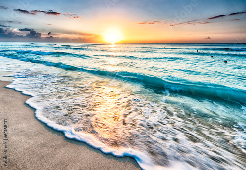 Poster Ochtendgloren Sunrise over beach in Cancun