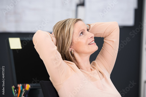 Körpersprache frau verschränkt arme hinter dem kopf