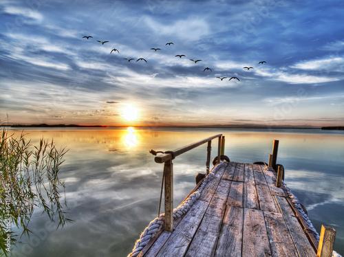 paisaje de un lago y su embarcadero