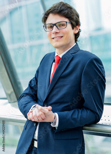 Fotografía  Outdoor portrait of a dynamic junior executive smiling