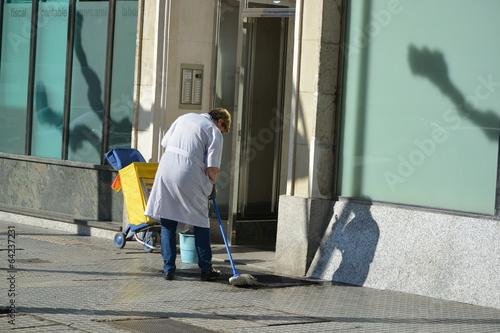 Fotografie, Obraz  mujer de la limpieza fregando un portal