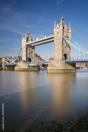 Photo Tower Bridge in London with blue sky