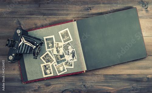 plakat Aparat i album ze starych zdjęć rodzinnych na drewnianym stole