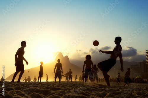 Fond de hotte en verre imprimé Brésil Sunset Silhouettes Playing Altinho Futebol Beach Football Brazil