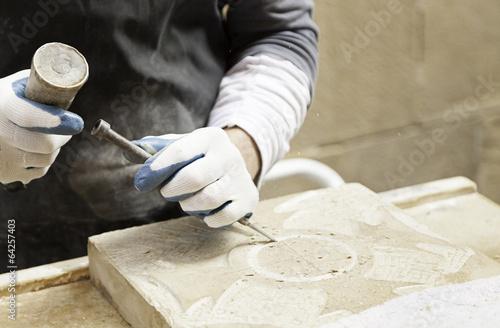 Valokuva  Man carving stone