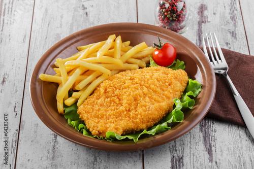 Fotografía  breaded chicken schnitzel fries