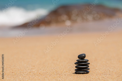 Zen stones jy on the sandy beach near the sea. Canvas-taulu