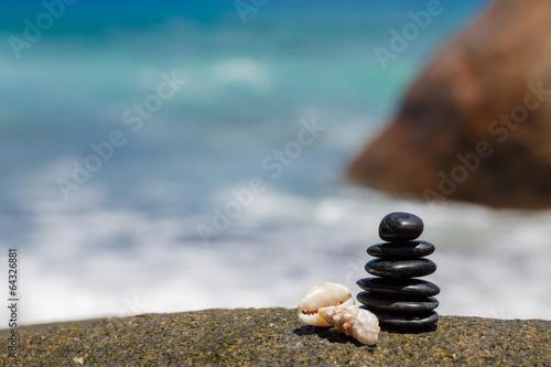Zen stones jy on the sandy beach near the sea. Canvas-taulu