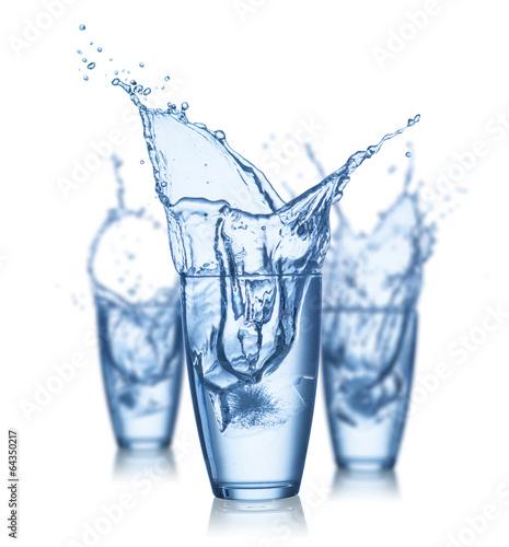 wodny-plusniecie-w-szklach-odizolowywajacych-na-bialym-tle