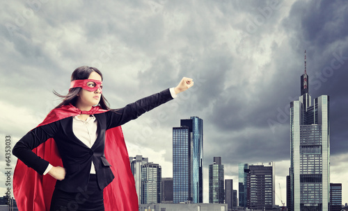 Photo  Female superhero standing in front of a city